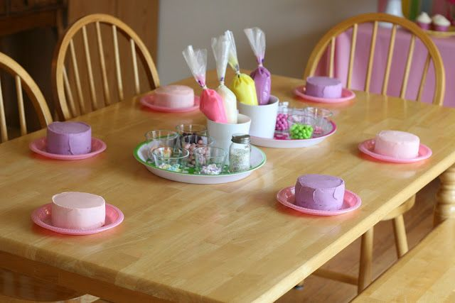 Such a good idea! Cake decorating party for little girls with aprons as favors.