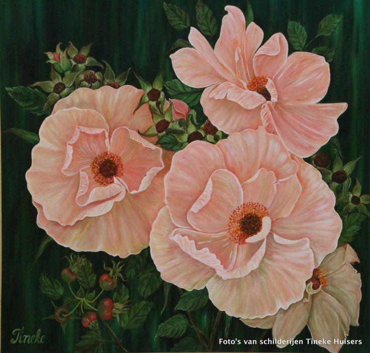 Tineke Huisers. Wilde rozen. Wilde rozen, zacht roze wilde rozen met een groene achtergrond.