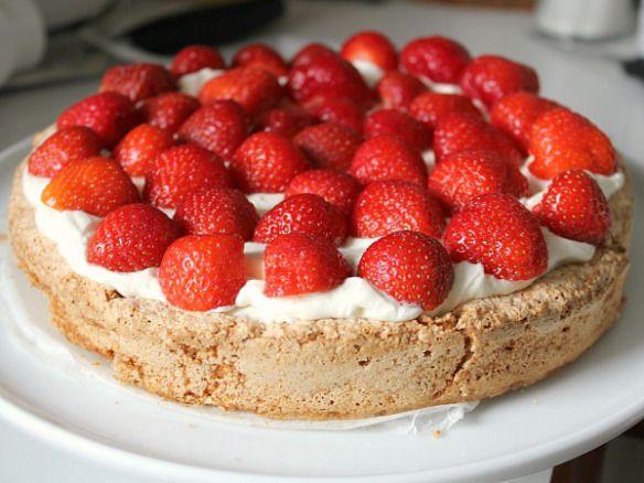 Mandelbund med flødecreme og jordbær