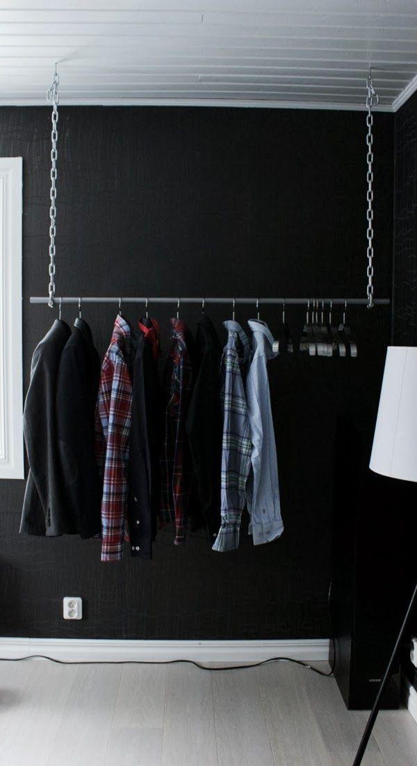 diy klädhängare, hängare för kavajer och skjortor, kätting, järnrör, galgar från ikea, stålgalge, inreda med kläder, öppen garderob, svart tapet, vitt golv, upphängningsanordning kläder