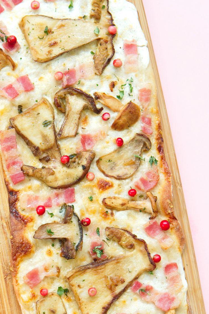 Prøv høstens skogssopp på pizza fra Alsace! Flammkuchen, også kalt tarte flambée er en løvtynn hvit pizza dekket med kesam og toppet med godt bacon, gruyère og tyttebær. Vanedannende godt! http://www.gastrogal.no/tarte-flambee/ #Flammkuchen, #HvitPizza, #Kesam, #Pizza, #PizzaBianca, #Skogssopp, #Steinsopp, #TarteFlambée, #Tyttebær