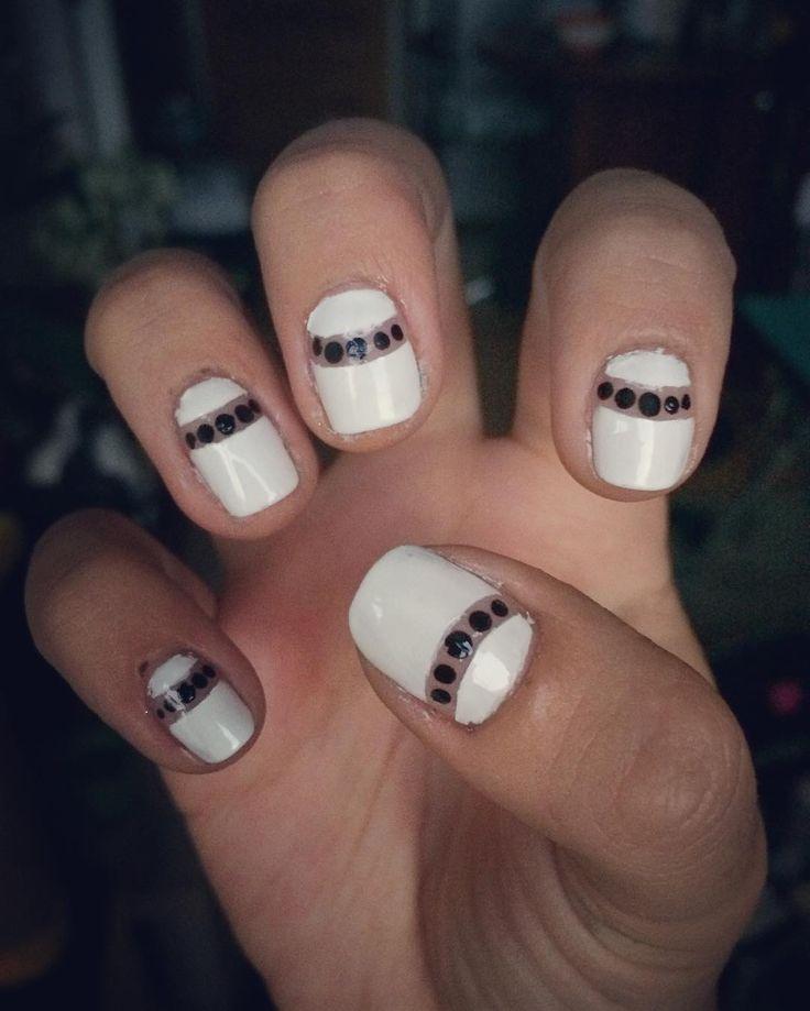 Hoy me autoregalonie con este lindo Negative Space en blanco y toques negros en esmalte permanente ✨💅#colorarte #instanailschile #instanails #instadesign #nails #naildesing #nailschile #nailart #nailartchile #nailartdesign #manicure #manicurechile #uñas #unhas #nail #nailpolish #nailswag #nailcandy #essie #essiepolish #essiepolishaddict #negativespace