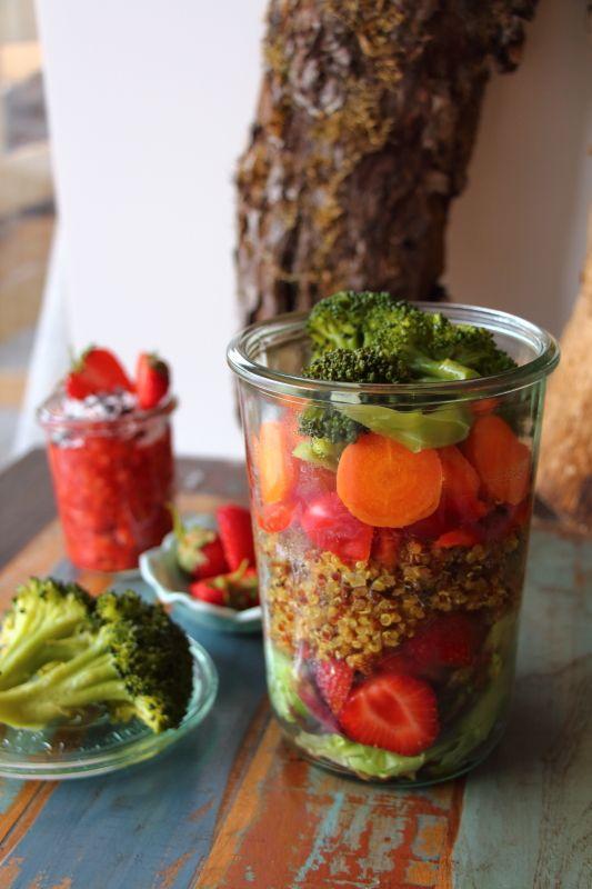 Leckerer Quinoa-Salat mit Gemüse und Erdbeeren www.laurasapfelbaum.de