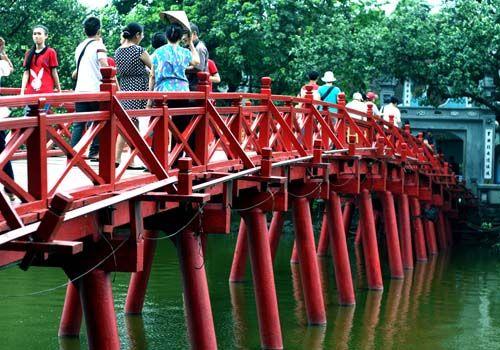 Le temple de Ngoc Son, dont le nom signifie Montagne de Jade, occupe le plus grand îlot du Lac de l'épée restituée, pièce d'eau couleur émeraude, en plein centre de la ville de #Hanoi. Le temple de Mont de Jade et le lac Hoan Kiem sont considérés comme des sites incontournables lors du #voyageHanoi. N'hésitez pas à repinner si l'image vous plait.  Plus d'informations en cliquant sur le lien suivant : http://www.amica-travel.com/vietnam-sites-a-decouvrir/nord-vietnam/hanoi/temple-ngoc-son