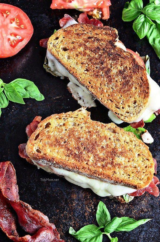 Sándwich de queso, tocino de pavo y aguacate.