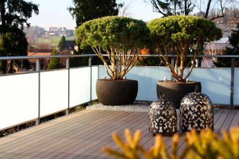 Stilvolle Terrasse mit Holzdeck. #gardendesign #architektur #garten #design #pflanzgefäss #topf #holzboden #terrasse #ateliervierkant