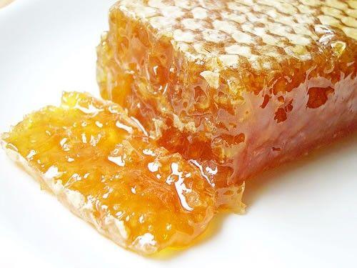 """Capaceala este capacul de la fagure, cu care albinele """"sigileaza"""" mierea depusa in fiecare celula a stupului pentru a-i conserva calitatile terapeutice. La inceput, mierea are un continut de apa destul de ridicat; de aceea, albinele sunt preocupate sa elimine excesul de apa si muta mierea din celula"""