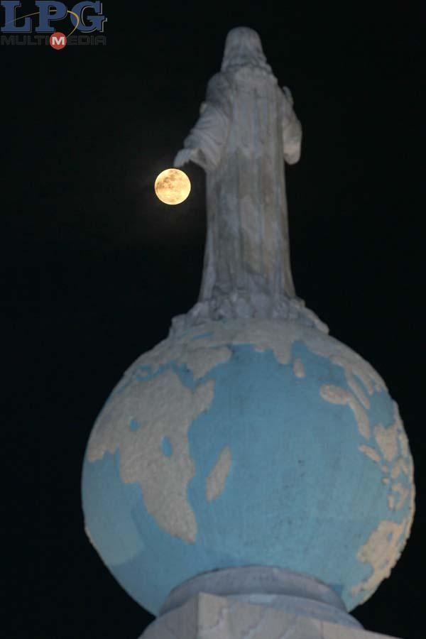 Super Luna: Salvador del Mundo, San Salvador 2012.  Regardless of my religious beliefs, seeing an image of the patron saint of San Salvador never fails to touch me. (Image from La Prensa Grafica)