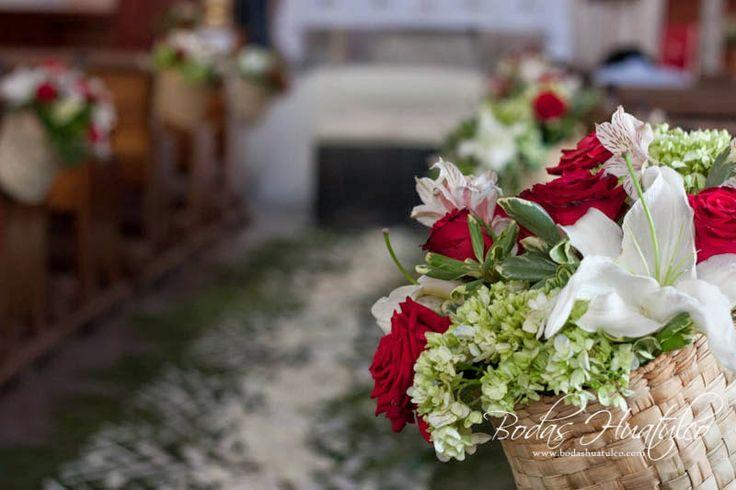 Hermosa decoración con canastas de flores naturales ideal para tu boda en playa por Bodas Huatulco