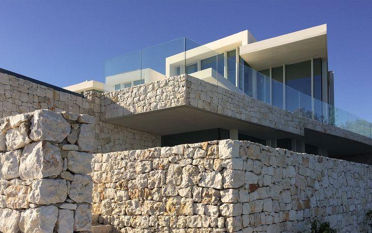 Muros de piedra de una casa moderna