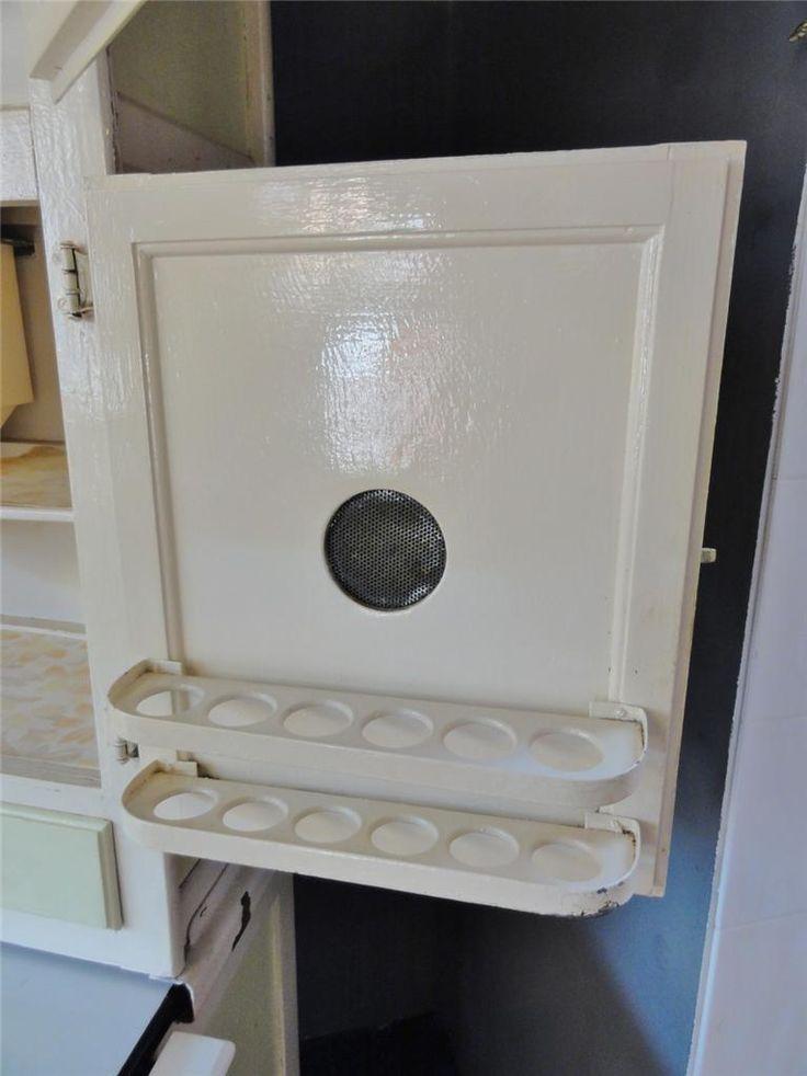 Верхний шкаф имеет яйцо держатель для десяток яиц.