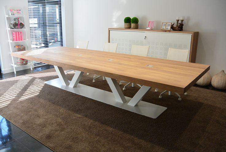 Prachtige kantoortafel / vergadertafel met stalen onderstel en eikenhout tafelblad. Elke maat is mogelijk