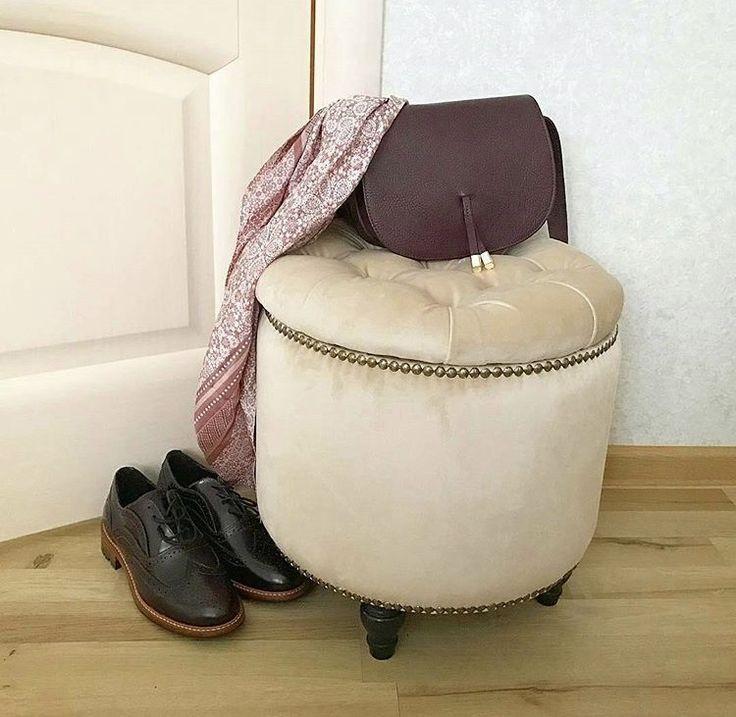 Мягкий круглый пуфик с ящиком для хранения вещей. Крышка пуфа украшена каретной стяжкой - декоративными пуговицами, утопленными в обивку.