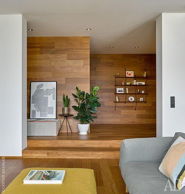 Вид из гостиной наприхожую. Стены и пол отделаны бразильским тиком. Диван и пуф, Muuto; полка, LaChance; столик, Hay.