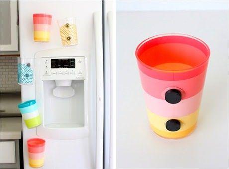 Comprando copos de plástico coloridos e leves, você pode colar dois ímãs grandes na parte de trás com cola quente ou Super Bonder. Aí é só esperar cerca de 10 minutos para a cola secar bem e prender seus copos-ímãs na geladeira, ao alcance das mãos dos pequenos.