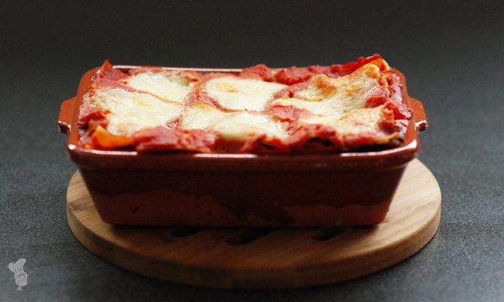 Vegetarische lasagna met lekker veel groenten: aubergine, courgette, spinazie en tomaat. Je weet in ieder geval zeker dat je zo aan je veggies komt! :-) Lees het recept via de bron!
