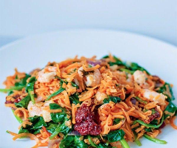 Spaghetti van zoete aardappel met gamba's en zongedroogde tomaat