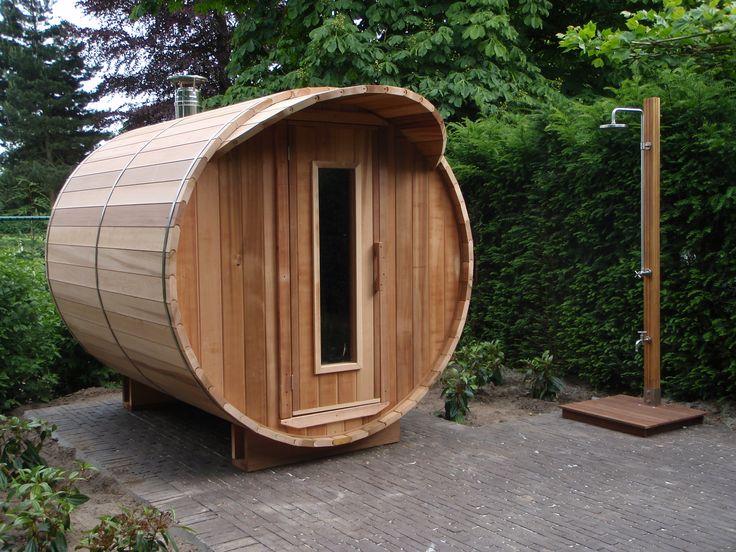 240cm lange hout gestookte barrel sauna in combinatie met een buitendouche voor afkoeling. Realisatie van 'Saunabarrel by Modis' : www.saunabarrel.be