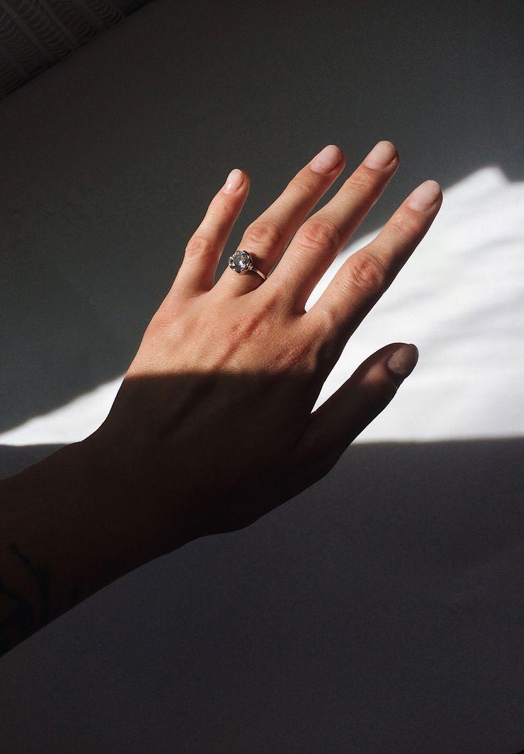 Фото в инстаграм / Рука / Кольцо / Игра с тенью. Больше ...