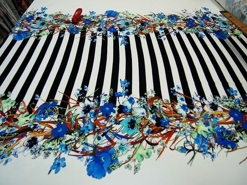 """Вискозный трикотаж с эластаном. Ширина полоски около 2,2 см. Полосы черно-белые, цветы в оносном синие, оттенок """"электрик"""", разбавленные кир... 600 я14"""