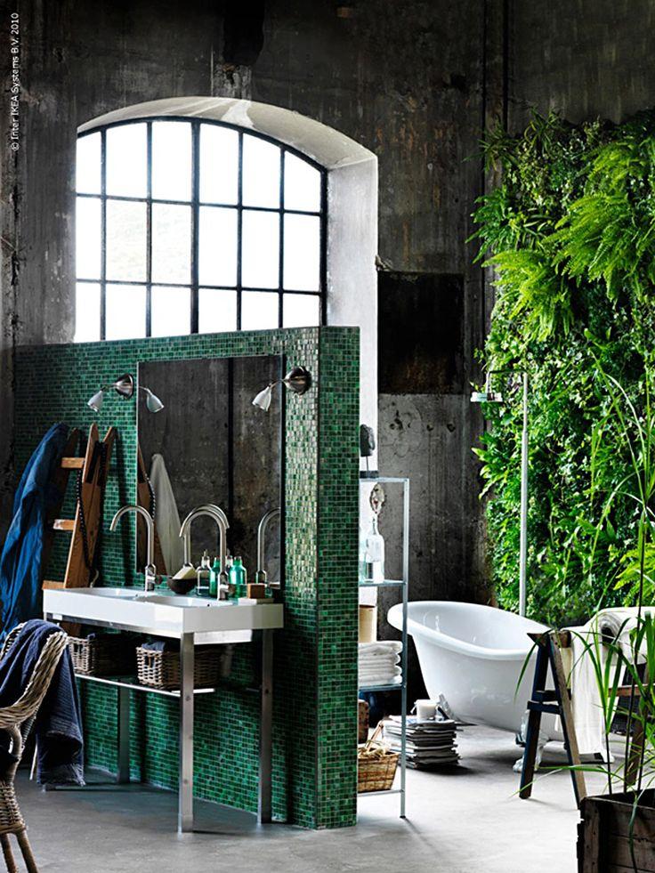 Låt ditt badrum vara hemmets frodiga oas att hämta krafter i! Inred med mycket gröna växter, skimrandemosaik och korgar i naturmaterial. En fin gammal stege att hänga handdukar på är ett personligt sätt att ge stämning åt ditt badrum. BRÅVIKEN tvättställ på benstativet GRUNDTAL tar inte mycket golvyta och bidrar både till rymd och minskade badrumsköer!