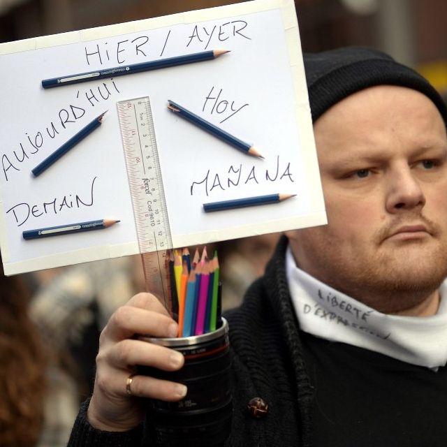 #Parigi in piazza: manifesti e cartelli per ricordare la strage