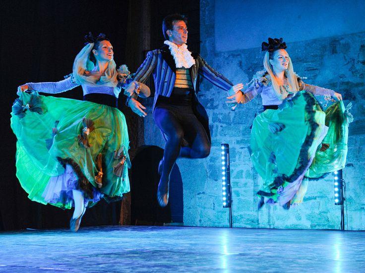 Imatge del ball de festa major de l'Esbart de Sant Cugat. L'Esbart Sant Cugat neix l'any 1975 amb un caràcter definit d'innovació en el món de la dansa catalana, sempre basant-se en la Cultura Popular i Tradicional del nostre país.