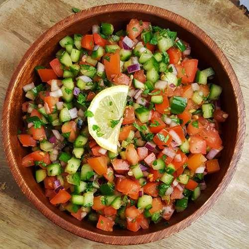 Heb je zin in een simpele, frisse en zomerse salade? Dan is dit recept voor een Indiase komkommer-tomatensalade (kachumbar genoemd) iets voor jou!