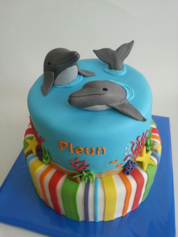 Birthday cake with dolfins