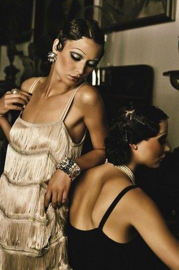El estilo años 20: esplendor en la moda con un gran nivel de alta costura, magnificas técnicas, dominio perfecto y materiales nobles que van de la mano con el concepto de la extravagancia y el lujo.