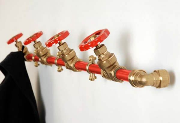Great idea: water pipes as coat rack