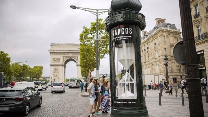 """Un reloj de """"cocaína"""" gigante para la cuenta atrás de Narcos en París"""