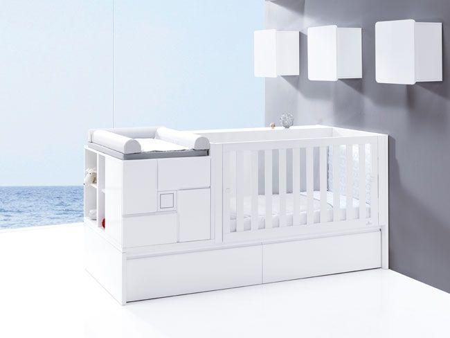 Cuna convertible de diseño y moderna en color blanco con detalle infantil serigrafiado en el centro de la mesita. Se adapta a las distintas etapas de crecimiento del bebé