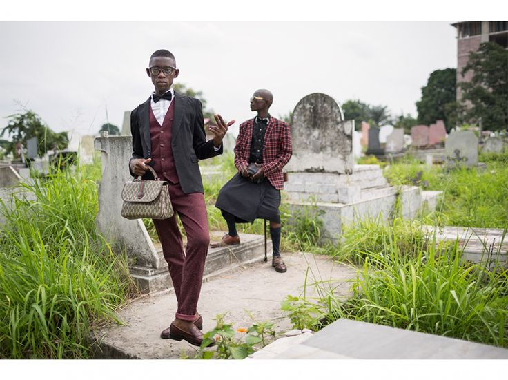 Chaque 10 février, des sapeurs viennent au cimetière de la Gombe, à Kinshasa, se recueillir sur la tombe de leur père spirituel, le musicien Adrien Mombele Samba N'gantshie, alias Stervos Niarcos. Avec leurs élégants costumes, ces jeunes souvent sans emploi se créent une identité flamboyante, une manière pour eux de s'affirmer.