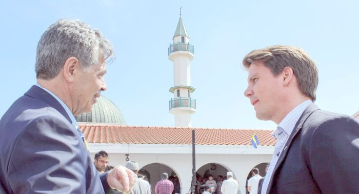 Integrationsminister Erik Ullenhag (FP) i samspråk med Bejzat Becirov, vd för Islamic center som under 1970-talet tog initiativ till att bygga en moské i Malmö.