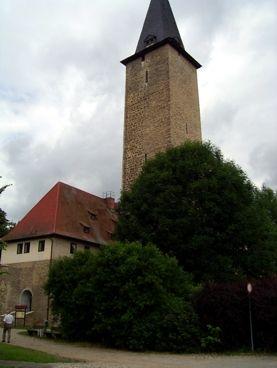 Niederroßla in Thüringen: Blick auf die Wasserburg mit dem höchsten Bergfried Deutschlands  1779 - 1789 war die Wasserburg im Besitz von J. W. v. Goethe. Die ehemals südlich gelegene schlossartig ausgebaute Vorburg wurde nach 1945 vollständig abgetragen.