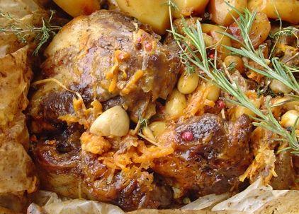 Γιορτινή συνταγή με αρνάκι για όσους δεν προτιμούν την κλασική γαλοπούλα. Το θυμάρι, η ρίγανη και το δεντρολίβανο κάνουν το κρέας μοσχοβολιστό και απίθανα γευστικό.