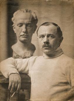 Hugo Lederer in seinem Berliner Atelier vor der Büste von Richard Strauss. Foto, 1908 (Franz Linkhorst, Berlin).