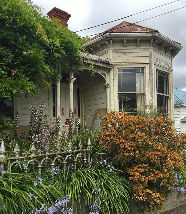 Love these old villas in Ponsonby, a central Auckland suburb. Most are freshly renovated and worth millions, but there's the occasional one like this (but it's still worth millions!) #visitauckland - @theglobalcouple