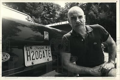 "1987 Press Photo G. Gordon Liddy next to his ""Watergate"" car license plate"