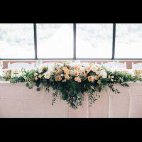 Цветочные гирлянды в декоре свадебного стола