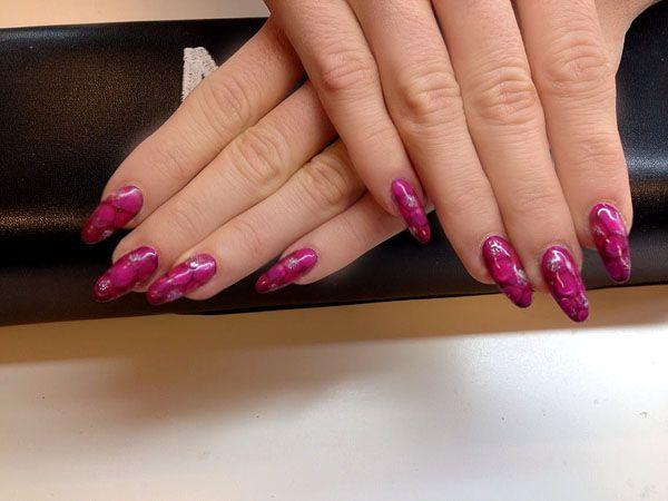 Gele negle med Snakeskin effekt. DM i Bodyfitness. Pink negle mandel formede negle med Pink pynt på dine negle.