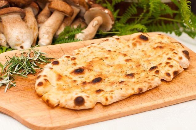 La pinsa romana è considerata l'antenato della pizza ed è un lievitato altamente digeribile che si prepara con farina di frumento, di riso e di soia