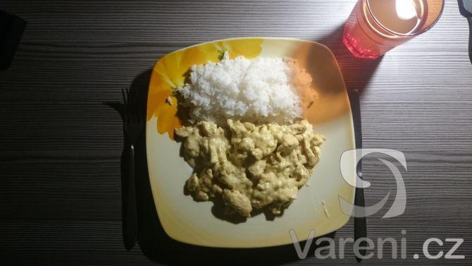 Můj vlastní recept na jemné smetanové kuře na kari s rýží. Rychlé a chutné jídlo.