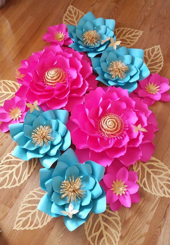 Lot de 10 fleurs en papier magnifiquement ciselés. Fleurs en papier bleu et or du Hot rose, clair.  Cette liste comprend :  2 X - grosses fleurs - 20 pouces 4 fleurs moyens - 15 pouces 4 petites fleurs - 9 pouces 8 feuilles - 12 pouces 6 papillons - 2.5 pouces   Peut être personnalisé fait dans n'importe quelle combinaison de couleur.  Chaque fleur est conçue individuellement et sur mesure. Chaque fleur peut varier légèrement dans la conception, car il est fait sur mesure. Nos fleurs en…