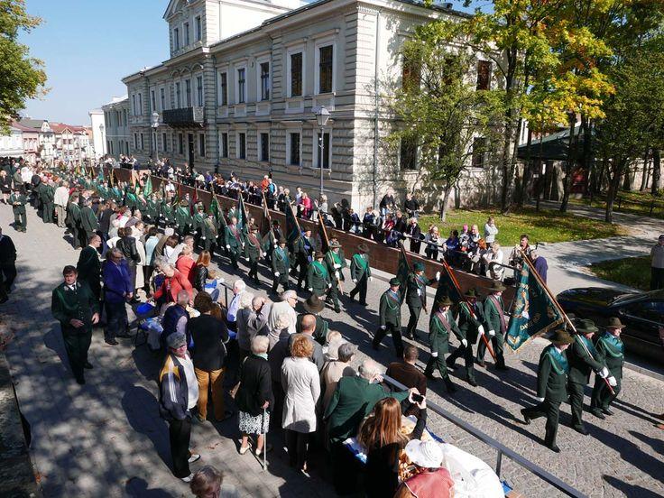 Atrakcji, które zapewnili organizatorzy Ogólnopolskiego Hubertusa Świętokrzyskiego, starczyłoby na co najmniej dwudniową imprezę. Udało się stworzyć wielkie radosne święto łączące myśliwych i lokalną społeczność, która tłumnie – bo w liczbie aż 10 tysięcy – odwiedziła Stadion Leśny w Kielcach.