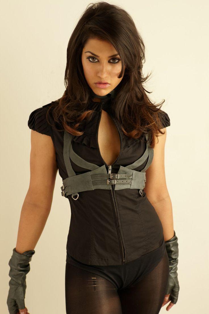 Janina Gavankar née en novembre 1980 à Joliet dans l'Illinois joue dans True Blood.