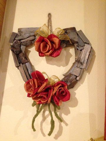 Un filo di me: Cuore di legno di recupero con rose di stoffa