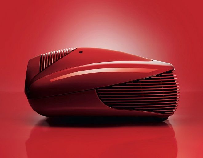 Produkter presenteras ton i ton. Detta ser vi allt oftare som exempelvis denna röda projektor mot en röd bakgrund.SIM2 Lumis Fuoriserie Projector