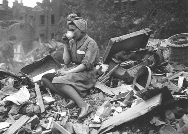 Žena popíjející čaj na troskách domu po německém bombardování Londýna během bitvy o Británii
